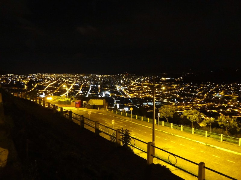 uitzich Quito by night